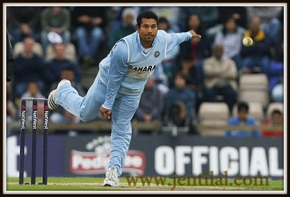 Sachin-Tendulkar-bowls-during-a-ODI-the-Rosebowl-in-Hampshire-001